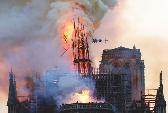 Parigi, incendio nella cattedrale di Notre-Dame